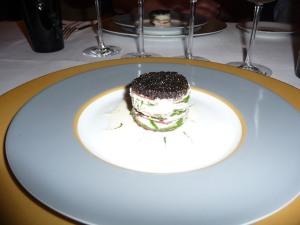 Millefeuille de bœuf cru, pousses d'épinards et caviar osciètre