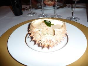 Chair d'araignée de mer décortiquée, mousseline de petits légumes et dés de Seiche poêlés au Wok